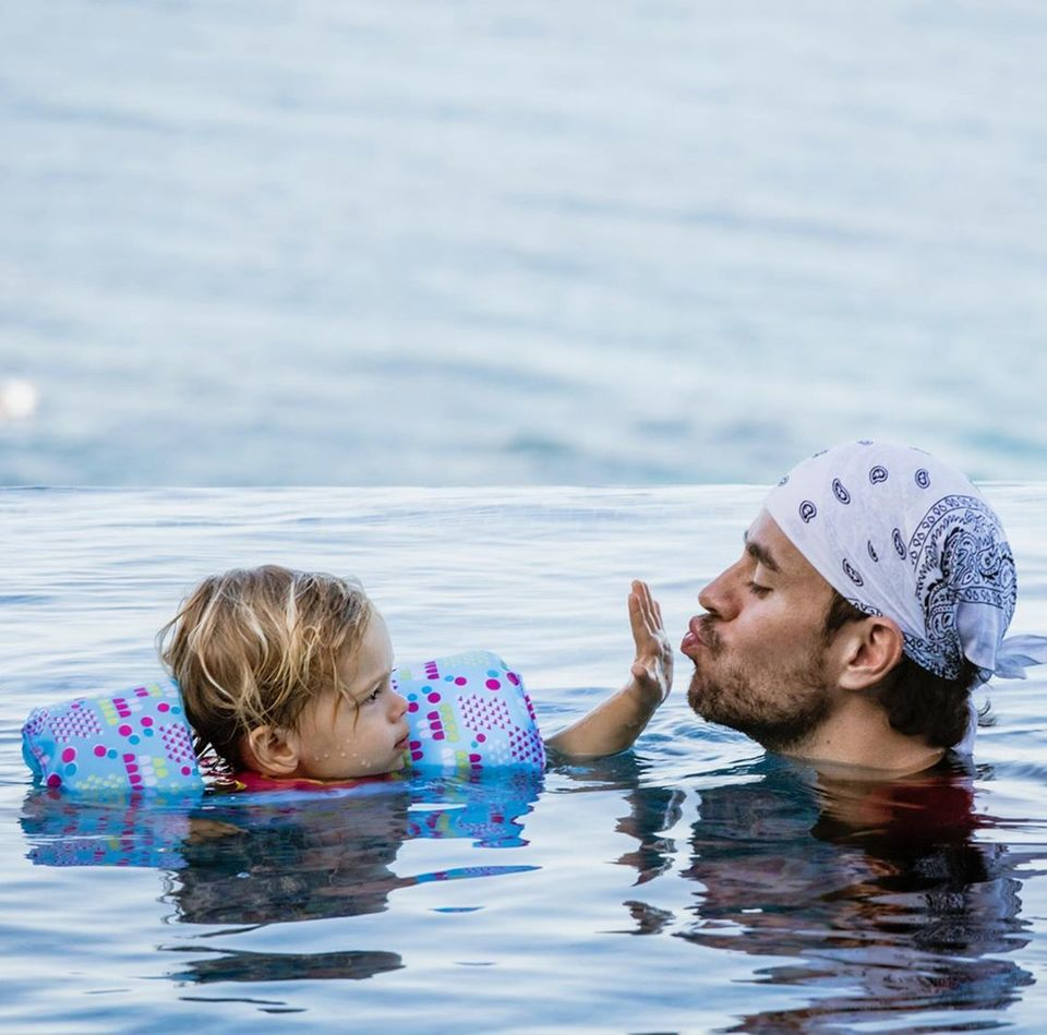 Enrique Iglesias + Tochter Lucy im Pool