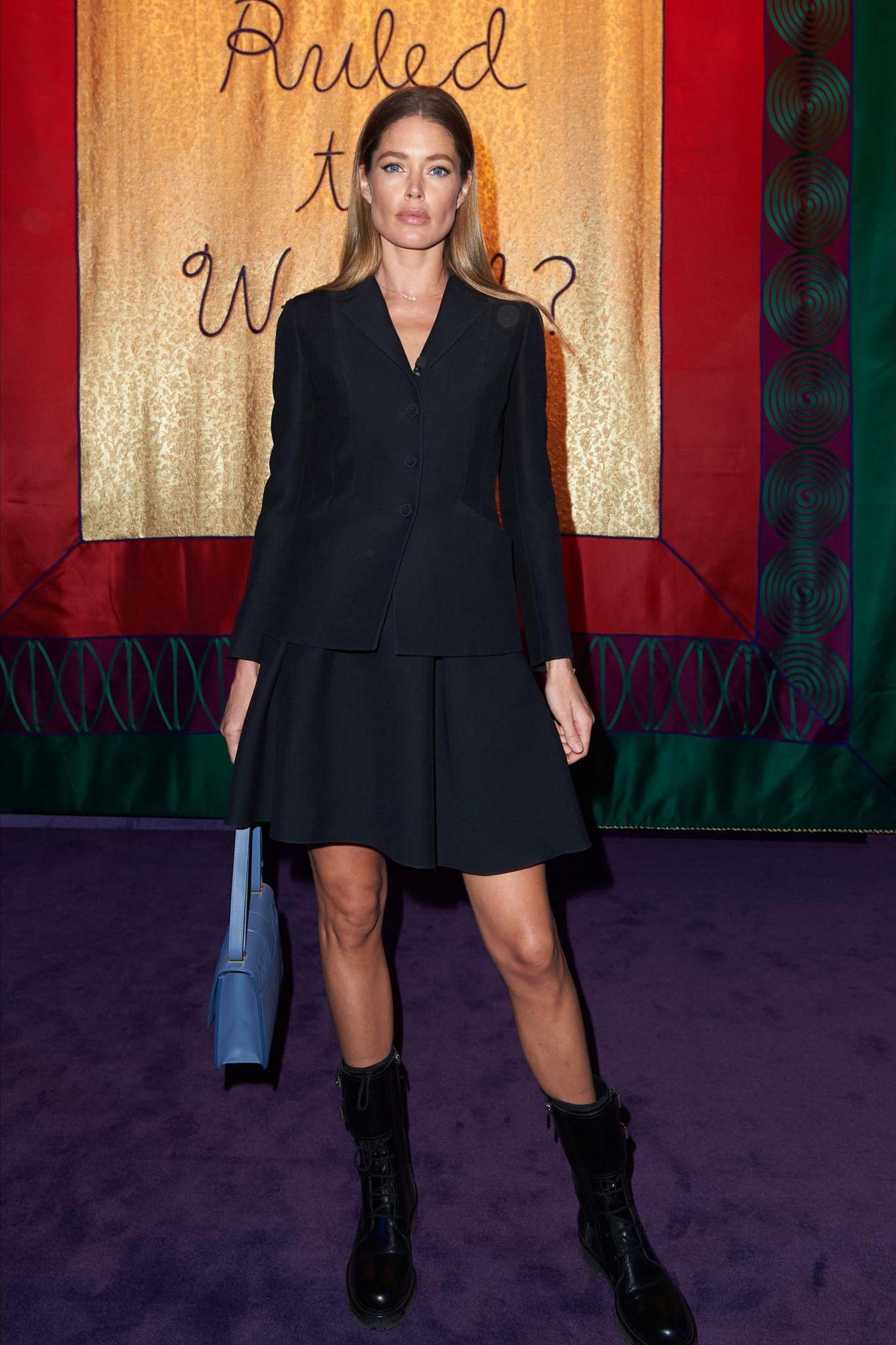 Topmodel Doutzen Kroes wählt einen waschechten Klassiker zur Fashionshow von Dior: das kleine Schwarze.