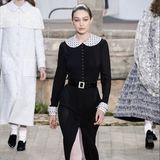 Gigi Hadid präsentiert während der Haute Couture Fashionshow von Chanel einen Look, den wir mit Sicherheit in der nächsten Saison erneut an einem Promi auf dem Red-Carpet sehen werden.