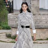 Einen Look, der ganz nach dem Geschmack von Herzogin Kate kommen dürfte: Das bodenlange, karierte Chanel-Kleidmit Hemd-Elementen und Taillengürtel ist nicht nur stylisch sondern auch elitär.