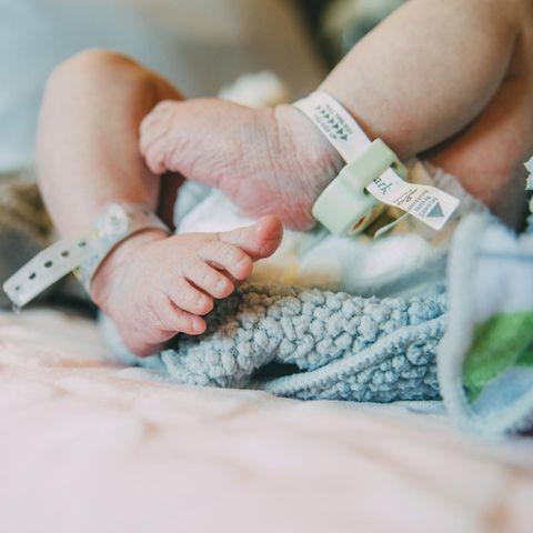 Ein neugeborenes Baby im Krankenhaus (Symbolbild)