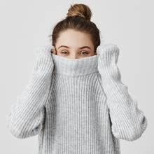 Mädchen mit Pullover