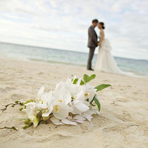 Brautpaar am Strand (Symbolbild)