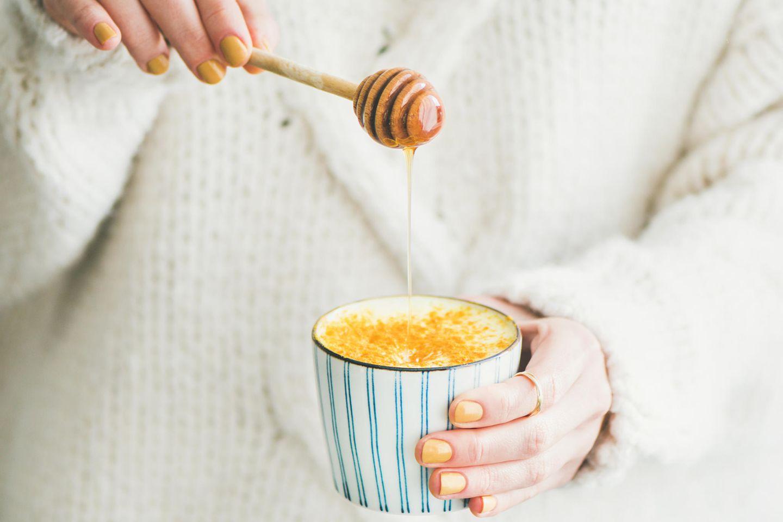 Golden Milk, Frau, weißer Pullover, Honig