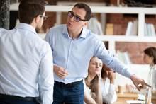 Männer streiten im Büro