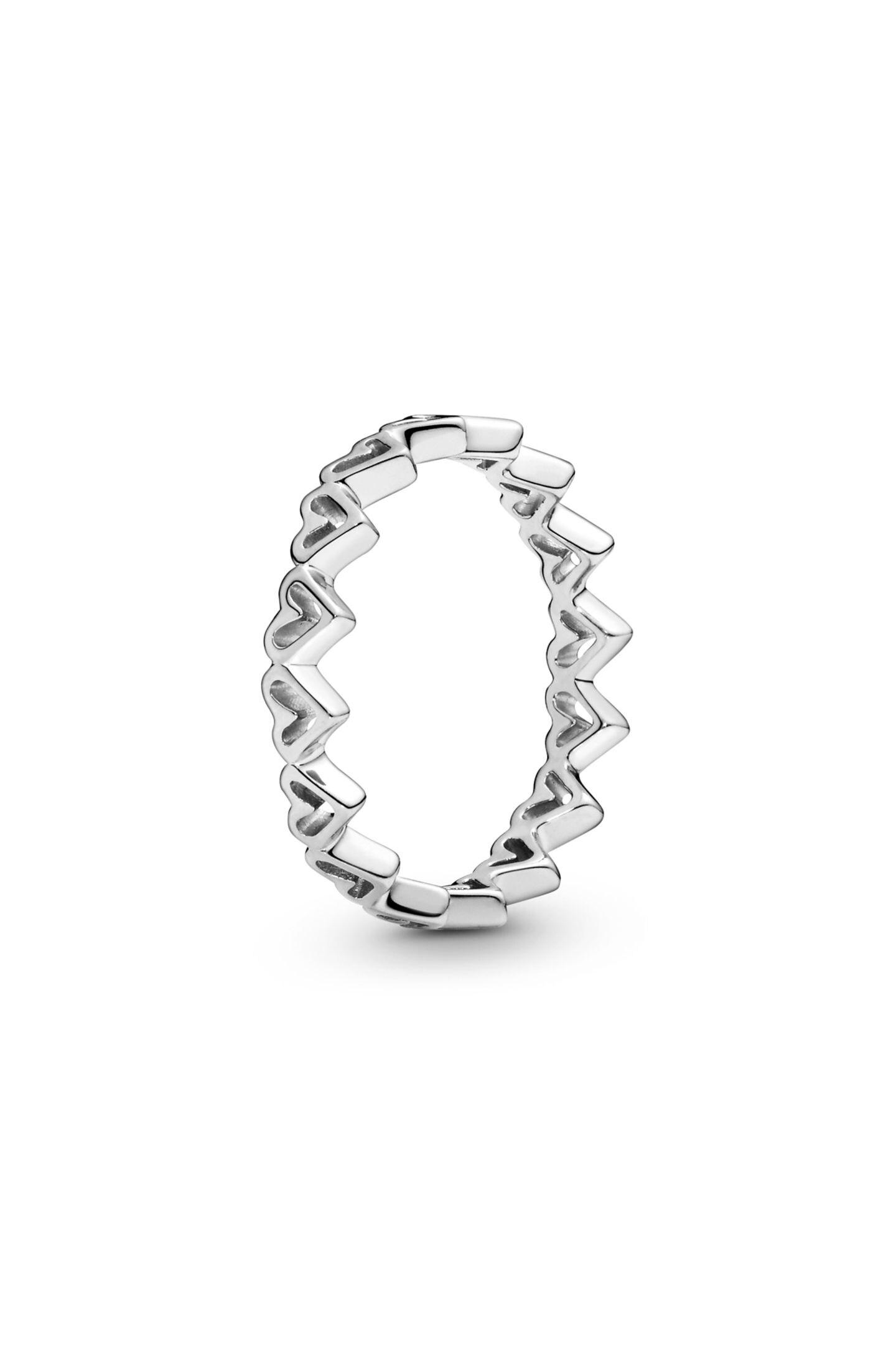 Nicht nur Paare, auch beste Freundinnen können sich am Valentinstag beschenken. Wie wäre es zum Beispiel mit diesem Freihand-Herzen-Ring von Pandora? Ca. 39Euro.