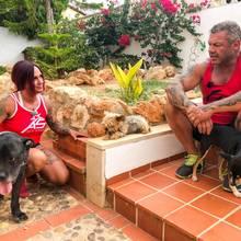 """Caro und Andreas Robens mit ihren Hunden """"Bulli"""" und """"Zwerg"""""""