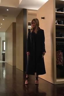 """Cool, cooler, Jennifer Aniston: Der """"Friends""""-Star posiert total lässig in seinem riesigen, begehbaren Kleiderschrank mit Luxus-Design."""