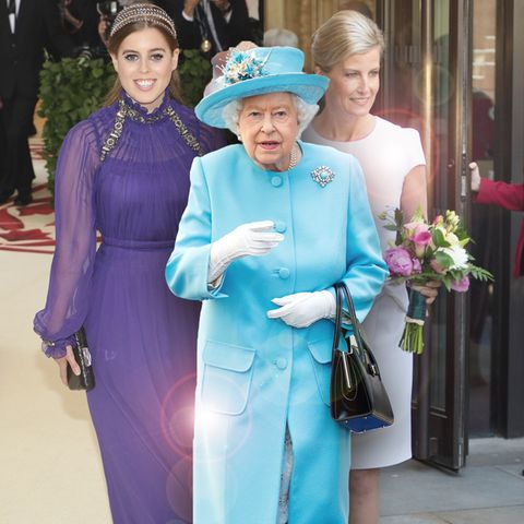 Queen Elizabeth (Mitte), Enkelin Prinzessin Beatrice (l.) und Schwiegertochter Gräfin Sophie (r.)