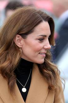 """""""Down to Earth"""": In gedeckten Tönen zeigt sich Herzogin Kate bei dem Besuch eines Kinderzentrums in Cardiff."""