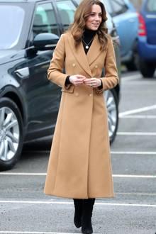 Sie trägt einen kamelfarbenen Mantel von Massimo Dutti für rund 400 Euro, der für einen schönen Kontrast zu ihrem schwarzen Rollkragen-Pullover und ihren schwarzen Wildlederstiefeln von Ralph Lauren sorgt. Ein Label, zudem zuletzt auch Herzogin Meghan immer öfter griff.