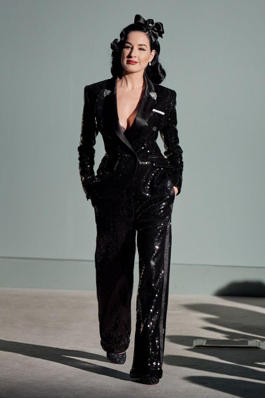 Dita von Teese erscheint in einem schwarzen Glitzerjumpsuit zur Show vonAlexis Mabille.