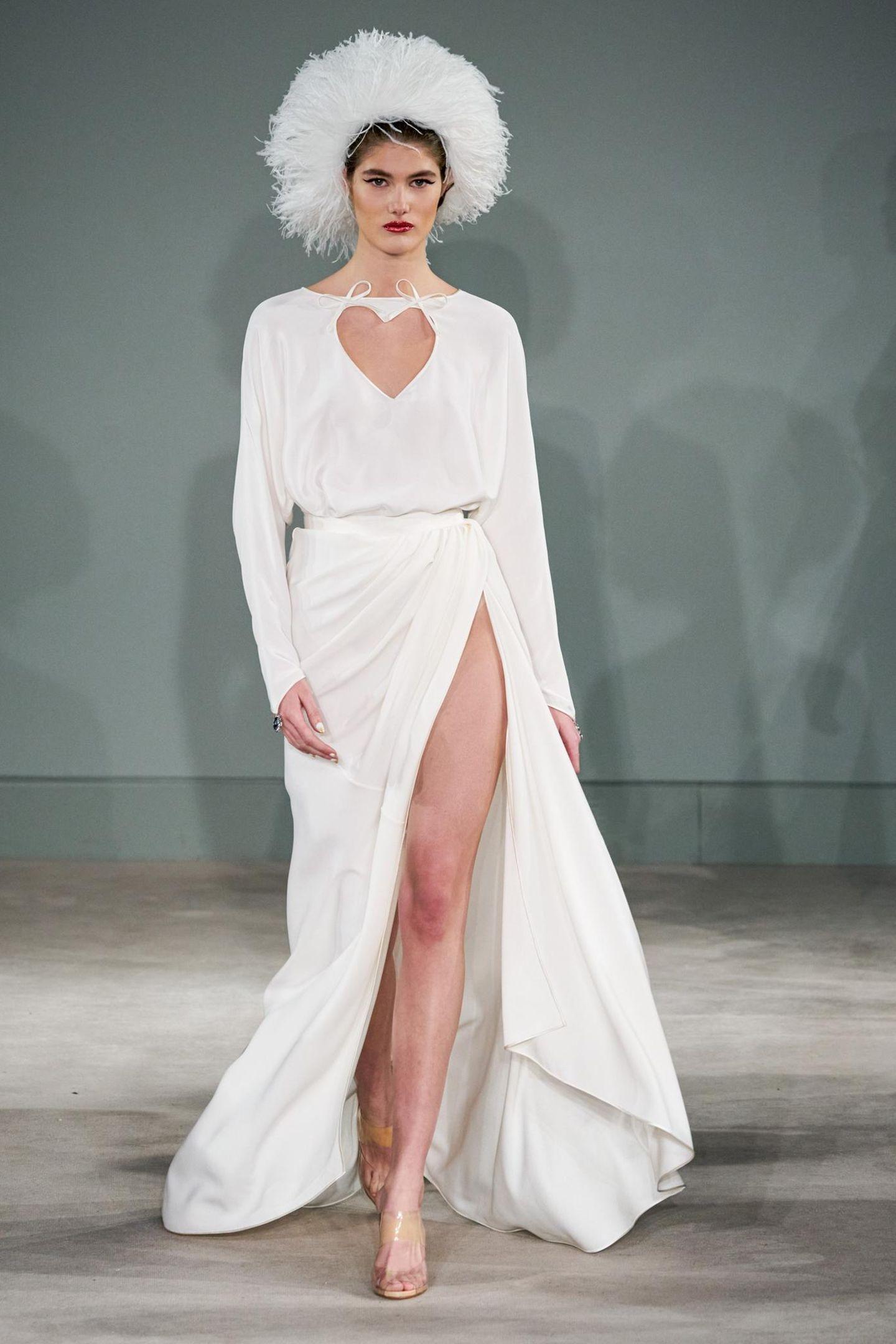 Die Designs des französischen Modedesigners zeichnen sich durch romantische Schnitte, wie dieses Herz-Dekolleté, und feine Stoffe in Weiß aus.