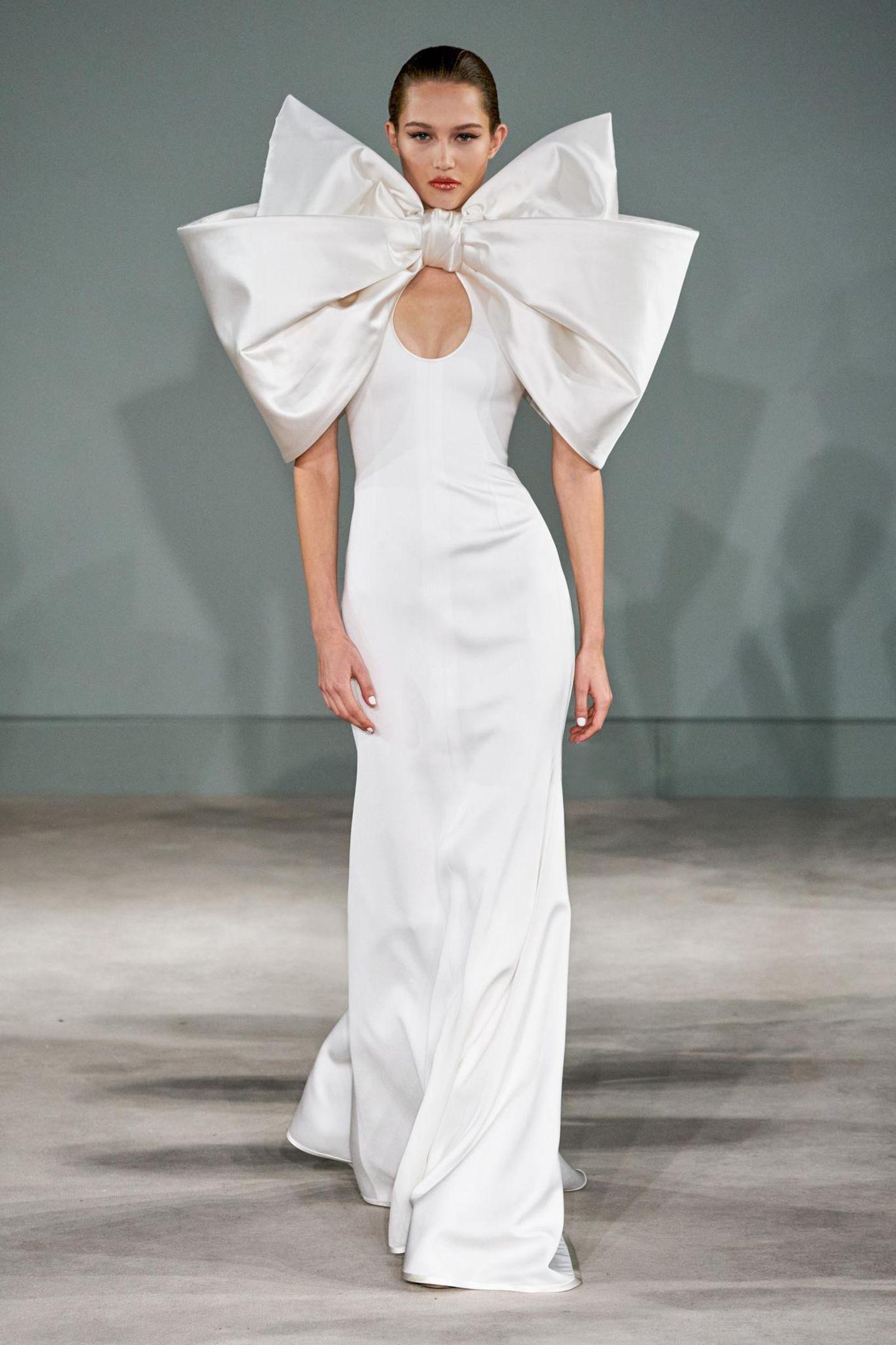 Ein Hingucker während der Haute Couture Show von Alexis Mabille ist diese Robe mit XXL-Schleife aus Satin.
