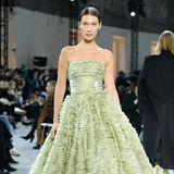 Alexander Vauthier lässt seine Models, wie Bella Hadid, in einem hellgrünen Kleid mit Rüschen-Tellerrock über den Laufsteg schweben.