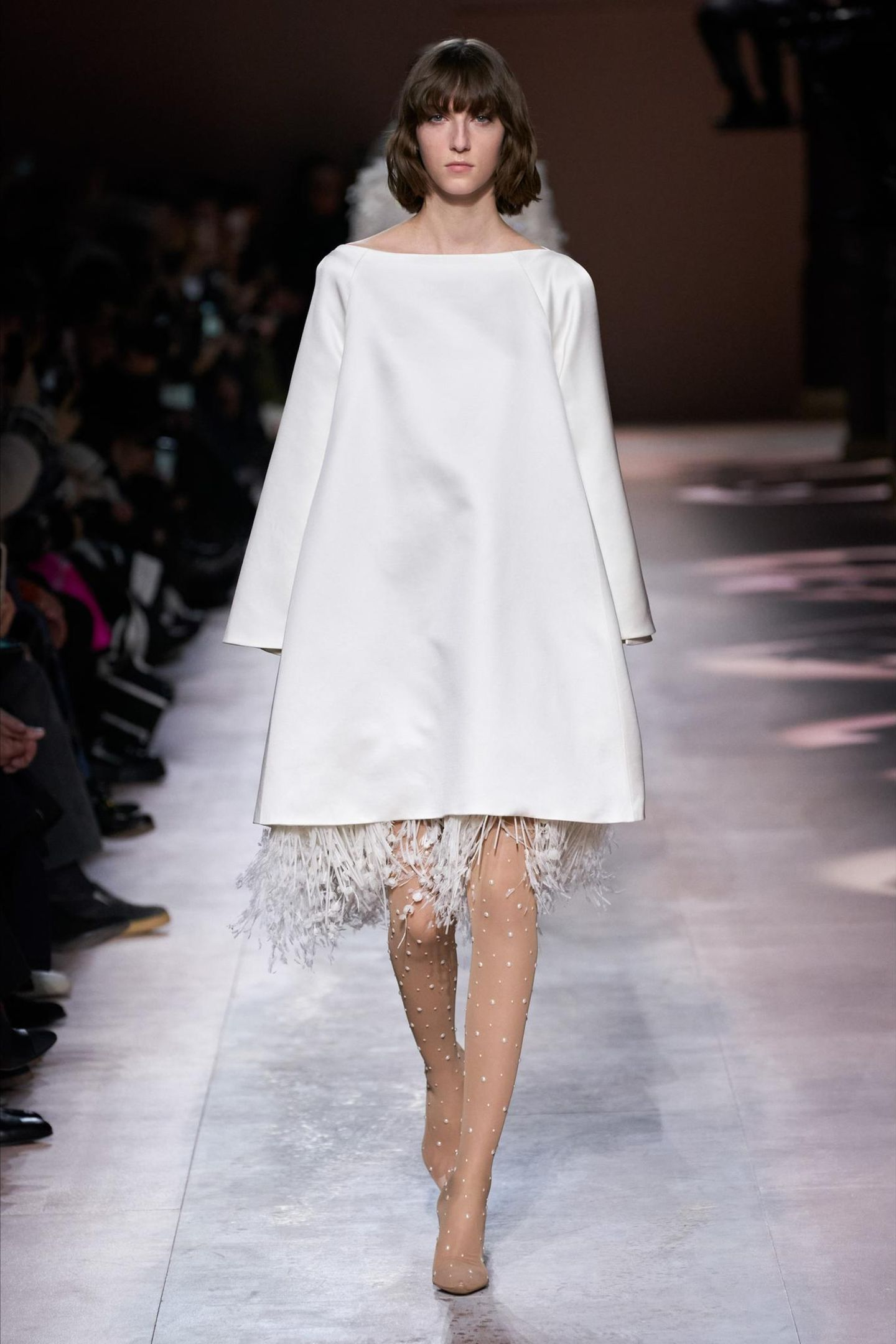 Dezenter, aber nicht weniger elegant ist diese Robe des international bekannten Modeunternehmens Givenchy. Ein wenig erinnert es an den Schnitt des Hochzeitskleids von Herzogin Meghan ...