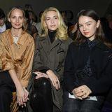 Prinzessin Alexandra von Hannover (rechts) sitzt bei der Dior-Show in bester Gesellschaft: Alexa Chung, Lauren Santo Domingo undSabine Getty (von links) teilen sich die erste Reihe mit ihr.