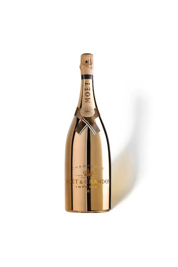ErleuchtendDie Sonderedition des edlen Champagners schmeckt nicht nur glamourös gut, die Magnumflascheleuchtet auch im Dunkeln und macht den Genuss damit sogaroptisch zum Erlebnis. Impérial Bright NightvonMoët Chandon, ca. 125 Euro