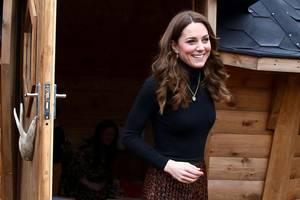 Zu ihrem schwarzen Rollkragenpullover trägt die Herzogin einen Midi-Rock von Zara. Das It-Piece im angesagten Leo-Print schmeichelt der schlanken Figur von Kate.