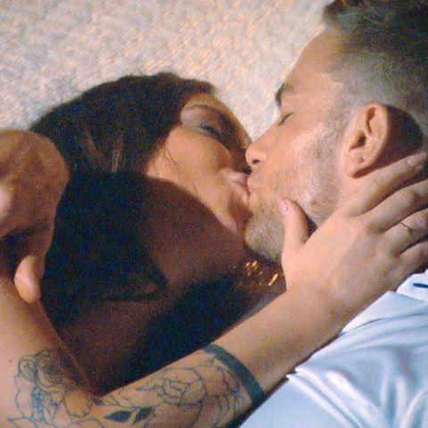 Der Bachelor Sebastian Preuss bereut den ersten Kuss mit Kandidatin Jenny-Jasmin.