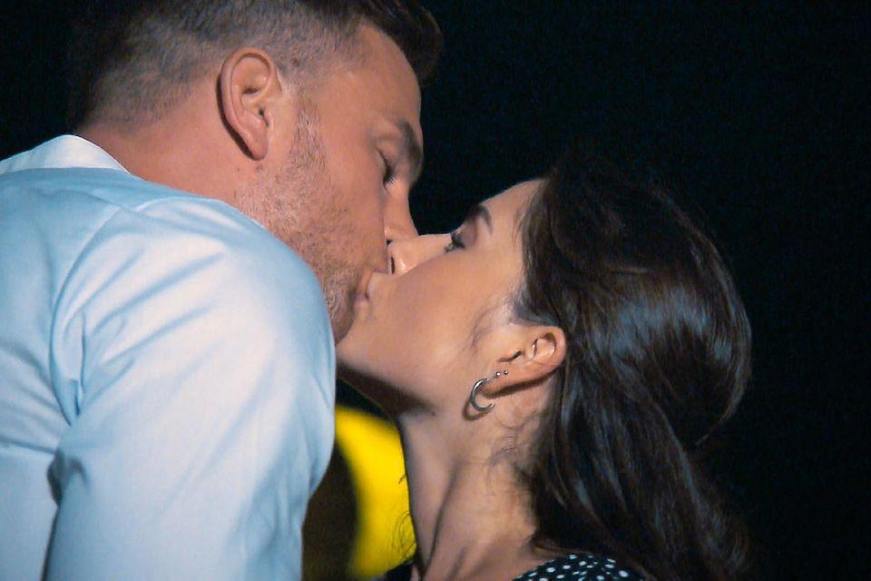 Der Bachelor Sebastian Preuss küsst beim Einzeldate die zweite Kandidatin: Diana. Mit ihr läuft es wesentlich besser, als mit seiner ersten Knutschpartnerin Jenny-Jasmin.