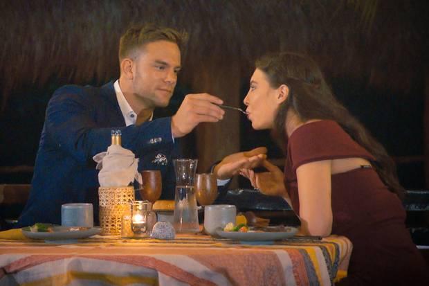 """Der Bachelor Sebastian Preuss """"füttert"""" Jenny-Jasmin beim ersten Date. Das gefällt der Kandidatin überhaupt nicht. Es sei ihr zu intim."""