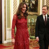 Herzogin Catherine begeistert in einem roten Kleid mit Pailletten des britischen Labels Needle & Thread bei einem Empfang im Buckingham Palace.