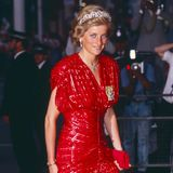 """Neu ist dieser royale Style jedoch nicht: Schon 1991 trug Prinzessin Diana bei der Londonpremiere von """"Hot Shots"""" ein rotes Paillettenkleid und bezauberte damit nicht nur Hauptdarsteller Charlie Sheen."""