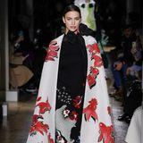 Irina Shyak präsentiert während der Haute Couture Show von Valentino einen Hingucker-Look mit Cape und Koi-Fisch-Design.