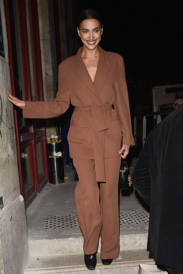 Was für ein Million-Dollar-Lächeln: Irina Shayk ist nicht nur stylisher Gast auf der Pariser Fashion Week ...