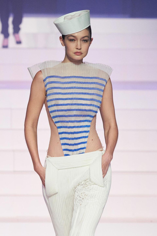 Er zählt wohl zu den bekanntesten Looks des Designers: das gestreifte Oberteil im Matrosen-Style. Verständlich, dass dieser auf der letzten Fashion Show von Jean Paul Gaultier also nicht fehlen darf.