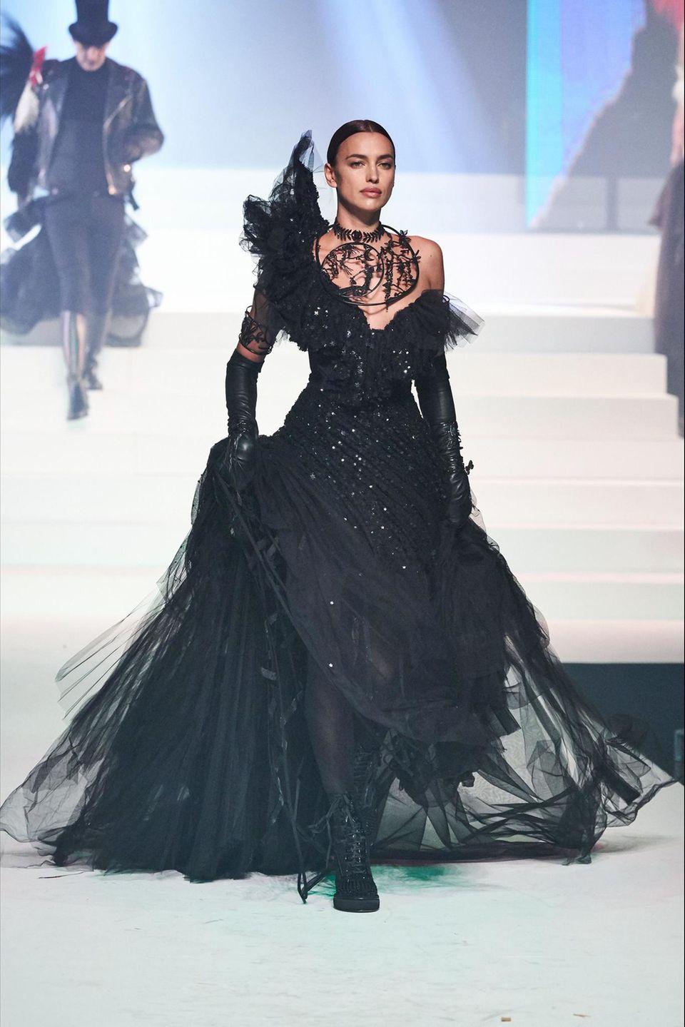 Während der Jean Paul Gaultier Haute Couture Show schreitet sie auch als Model in einer schwarzen Wow-Robe über den Laufsteg.