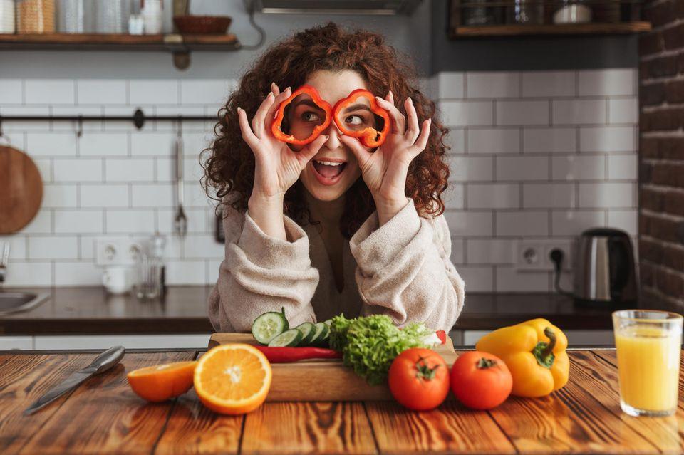 Frau, Gemüse, hält sich Paprika vor die Augen, Küche