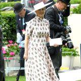 Was für ein zauberhafter Auftritt. Beim Pferderennen in Ascot im Sommer 2019 brilliert Gräfin Sophie in einem leicht rosafarbenen Turtleneck-Kleid mit floralem Print. Der Rock des Kleides ist in leichter A-Form geschnitten und schwingt elegant der Bewegung von Sophie mit.