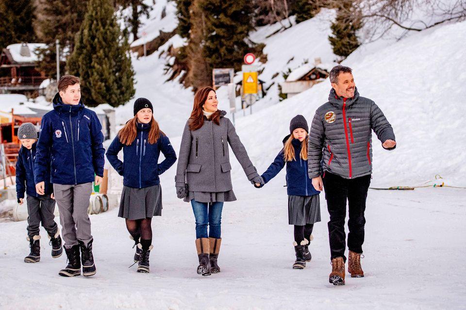 Prinz Vincent, Prinz Christian, Prinzessin Isabella,Kronprinzessin Mary, Prinzessin Josephine undKronprinz Frederik genießen ihre gemeinsame Familienzeit abseits des dänischen Hofes.