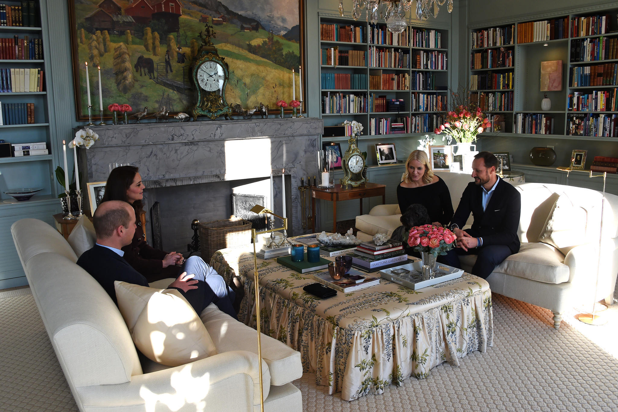 Besonders glückliche Nachbarn könnten auch noch auf andere Royals treffen: Im Februar 2018 empfingen Mette-Marit und Haakon Prinz William und Herzogin Catherine zum Lunch.