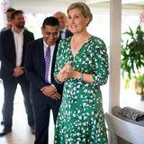 """Bei ihrem Besuch im Libanon trägt Gräfin Sophie ein richtiges Lieblingsstück. Das grüne fast bodenlange Kleid der Luxus-Marke Suzannah trug die schöne Frau von Prinz Edward auch schon zur """"Chelsea Flower Show""""."""