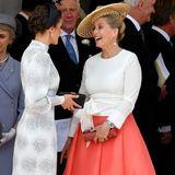 Ebenfalls auf das Label Suzannah, setzt Sophie bei dem Besuch von Königin Letizia, Königin Máxima auf Schloss Windsor. Zum roten Rock mit weißer Wickelbluse kam dann noch ein Hut vonJane Taylor dazu.