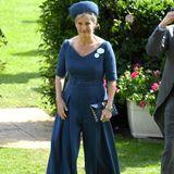 Ungewohnt unkonventionell zeigt sich Gräfin Sophie von Wessex nur zwei Tage später, ebenfalls bei Ascot, ineinem navyblauen Jumpsuit von der Designerin Emilia Wickstead. Schon im Jahre davor setzte sie auf einen Hosenanzug und gilt damit als royale Vorreitern des eher androgynen Looks bei Ascot.