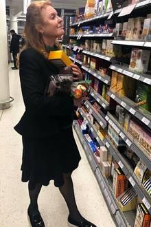 Selbst ist die Herzogin! Sarah Ferguson, Herzogin von York, besorgt sich für einen gemütlichen Nachmittagim Supermarkt Früchte und Kekse. Einkaufsprofi scheint sie dennoch nicht zu sein, sonst hätte sie sich einen Korb genommen.