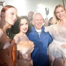 Am Ende steigt in Paris die Party: Jean Paul Gaultier zeigt sich überglücklich mit Model Karlie Kloss,Karen Elson und Dita von Teese nach seiner erfolgreichen Show.