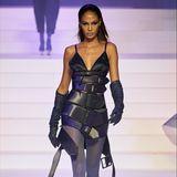 Gezeigt wurden insgesamt über 100 Looks, mit denen der 67-jährige Modedesigner auf seine besten Entwürfe der letzten 50 Jahre zurückblickte. Auch Topmodel Joan Small präsentiert einer seiner Statement-Looks.