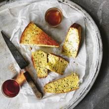 Maisbrot mit Parmesan und Kräutern