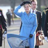 Hoppla, da schnell noch einmal Hut und Mantel vom davon flattern gerettet. Gräfin Sophie strahlt in ihrem Suzannah Mantel mit der Sonne um die Wette.