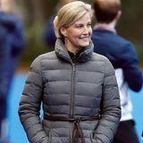 Manchmal muss es auch einfach warm sein, Gräfin Sophie greift im Winter auch gerne auf die Daunenjacke zurück, wenn sie ihrer Tochter beim Hockey-Training zuschaut.
