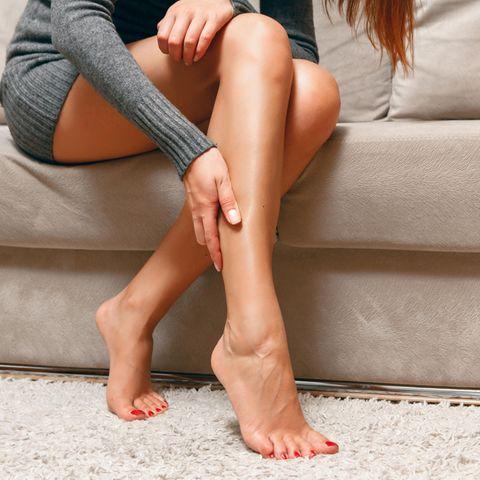 Wassereinlagerungen in den Beinen können schmerzhaft sein.
