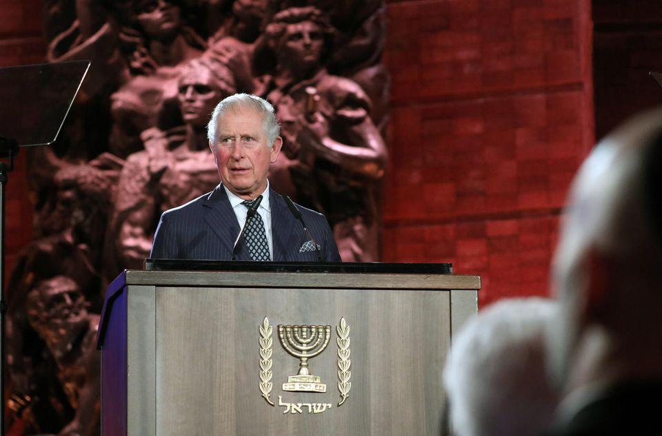 23. Januar 2020  Prinz Charles ist nachJerusalem, Israelgereist, um an der Gedenkstätte Yad Vashem an die Befreiung des deutschen Vernichtungslagers Auschwitz-Birkenau vor 75 Jahren zu erinnern. Dort hält er vor Staats- und Regierungschefs aus fast 50 Ländern eine Rede, die unter die Haut geht.
