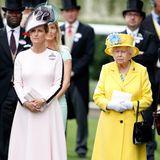 An Tag einsin Ascot 2018 entscheidet sich Gräfin Sophie für ein hellrosa wadenlanges Kleid, mit kunstvollen Applikationen am Ärmel. Ein passender farblicher Kontrast zu ihrer Schwiegermutter Queen Elisabeth, die sich für ein knalliges Zitronengelb entschieden hat.