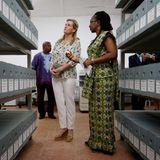 Am Mittwochnachmittag hat sich Sophie auf eine zweitägige Reise nach Sierra Leone gemacht. Bei ihrem ersten öffentlichen Auftritt im Friedensmuseum in Freetown erscheintdie Gräfin von Wessex in einem sportlich legerenOutfit bestehend aus weißer Jeanshose und Blümchenbluse, zu der sie Espandrille-Wedges des Labels Penelope Chilvers kombiniert.