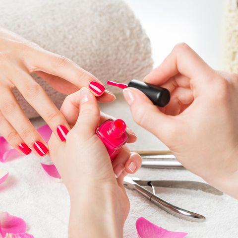 Fingernägel lackieren, Nagellack, roter Nagellack, Nagelpflege